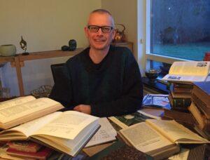 Mange bøger og mange beskrivelser gør en frøsamler og forsker glad.